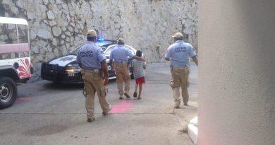 *Policías municipales entregan a sus familiares menor extraviado*